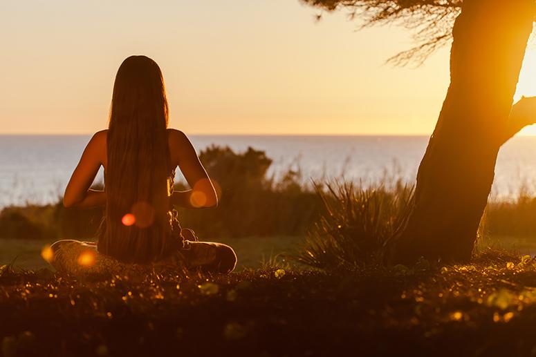 медитация, девушка медитирует, закат, восход, под деревом