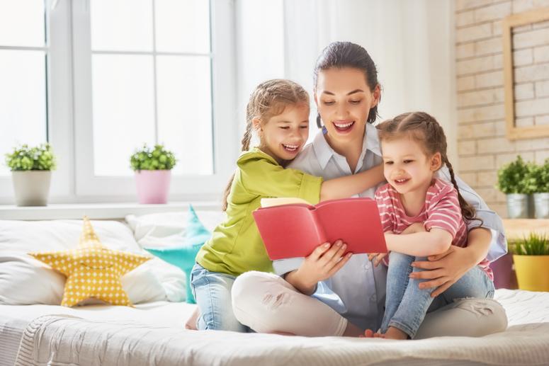 счастливая семья, мама и дети, совместное чтение, здоровье