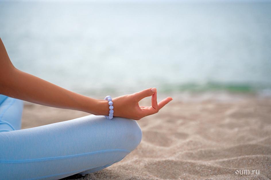 мудры, песок, четки, рука