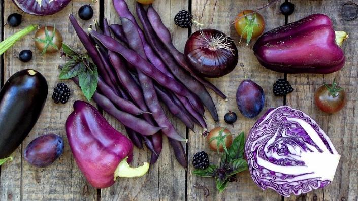Фрукты и овощи голубого цвета, а также синего и фиолетового