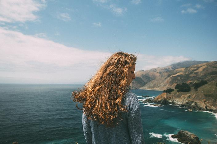 саморазвитие, красивая девушка на природе, распущенные волосы, самопознание