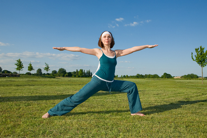 поза воина, йога, практика на природе, вирабхадрасана, поза воина